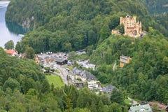 Het Kasteel en hieronder het dorp van Hohenschwangau Stock Fotografie