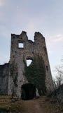 Het kasteel ruïneert ingang in zonsondergang in Samobor Kroatië royalty-vrije stock afbeelding