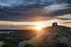 Het kasteel ruïneert landschap bij zonsopgang met inspirational zonnestraal is royalty-vrije stock afbeelding