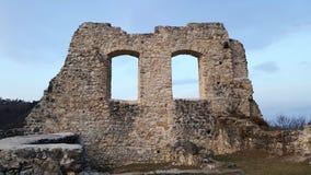 Het kasteel ruïneert muur met twee openingen in Samobor Kroatië Stock Foto's