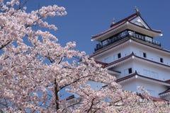 Het Kasteel van Aizuwakamatsu en kersenbloesem Stock Afbeeldingen