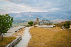 2016 het Kasteel van Albanië Gjirokastra, oude stad, mening aan de stad en moutains stock afbeelding