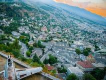 2016 het Kasteel van Albanië Gjirokastra, oude stad, mening aan de stad en moutains stock afbeeldingen