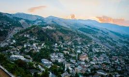 2016 het Kasteel van Albanië Gjirokastra, oude stad, mening aan de stad en moutains stock fotografie