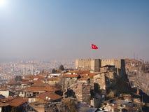 Het kasteel van Ankara en Turkse vlag stock foto