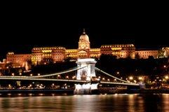 Het kasteel van Boedapest en kettingsbrug bij nacht stock afbeeldingen