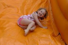 Het kasteel van Bouncy met lachend meisje stock afbeeldingen