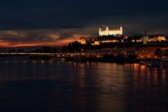 Het kasteel van Bratislava bij nacht Royalty-vrije Stock Afbeeldingen