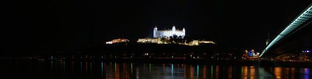 Het kasteel van Bratislava bij nacht Stock Afbeeldingen