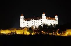 Het kasteel van Bratislava bij nacht stock fotografie