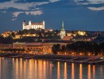 Het kasteel van Bratislava bij nacht met lichte bezinning over dunaj ri Royalty-vrije Stock Afbeelding