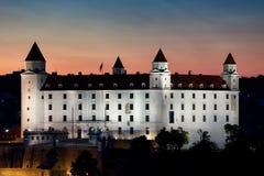Het Kasteel van Bratislava bij Schemer in Slowakije wordt verlicht dat Royalty-vrije Stock Afbeeldingen