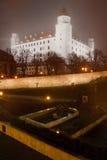 Het kasteel van Bratislava in de mist Stock Foto's