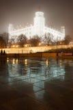 Het kasteel van Bratislava in de mist met bezinningen Royalty-vrije Stock Fotografie