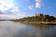 Het Kasteel van Bratislava en de rivier van Donau Stock Fotografie