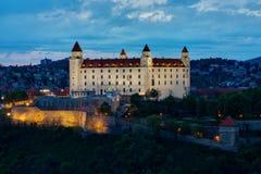Het kasteel van Bratislava in nacht Royalty-vrije Stock Foto's