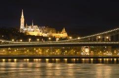 Het Kasteel van Buda bij nacht dichtbij de brug van Donau Royalty-vrije Stock Foto's