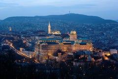 Het Kasteel van Buda in schijnwerper in Boedapest, Hongarije. Stock Afbeelding