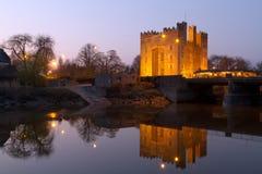 Het kasteel van Bunratty bij schemer Stock Afbeeldingen