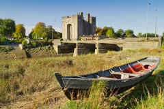 Het kasteel van Bunratty met boot bij de rivier Stock Afbeeldingen