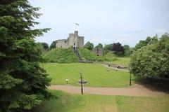 Het Kasteel van Cardiff met de vlag in de stad Cardiff stock foto's