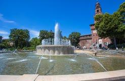 Het Kasteel van Castellosforzesco Sforza met de fontein in Milan Cairoli, Italië stock afbeeldingen