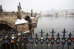 Het Kasteel van Charles Bridge en van Praag in de Winter met Hangsloten in Voorgrond stock foto