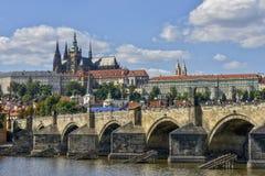 Het Kasteel van Charles Bridge en van Praag, Praag, Tsjecho-Slowakije royalty-vrije stock foto