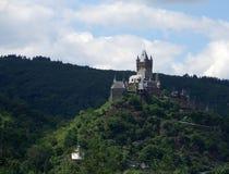 Het kasteel van Cochem op bergbovenkant stock fotografie