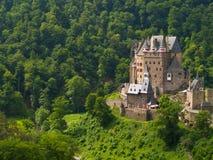 Het kasteel van de fee in het bos stock foto's