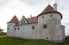 Het Kasteel van de Livoniaorde werd gebouwd in het midden van de 15de eeuw Bauska Letland in de herfst Stock Afbeelding