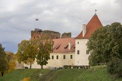 Het Kasteel van de Livoniaorde werd gebouwd in het midden van de 15de eeuw Bauska Letland in de herfst Royalty-vrije Stock Foto's