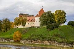 Het Kasteel van de Livoniaorde werd gebouwd in het midden van de 15de eeuw Bauska Letland in de herfst Royalty-vrije Stock Afbeeldingen