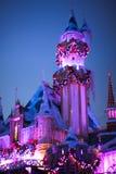 Het Kasteel van de slaapschoonheid voor Kerstmis in Disneyland, Californië wordt verfraaid dat royalty-vrije stock afbeeldingen