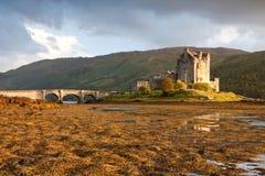 Het Kasteel van Donan van Eilean bij zonsondergang, Schotland, het UK Stock Afbeeldingen