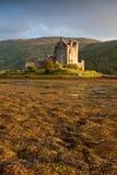 Het Kasteel van Donan van Eilean bij zonsondergang, Schotland, het UK Stock Foto