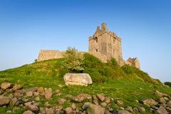 Het kasteel van Dunguaire op groene heuvel Stock Afbeeldingen