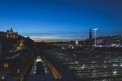 Het Kasteel van Edinburgh en Kerstmismarkt bij schemering stock foto's