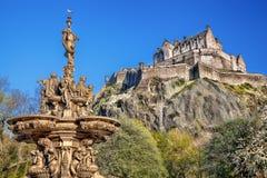 Het kasteel van Edinburgh met fontein in Schotland royalty-vrije stock foto
