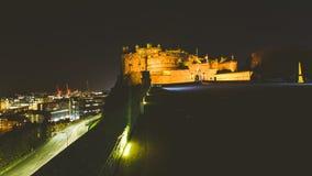 Het Kasteel van Edinburgh met mening van Stad op 's nachts achtergrond royalty-vrije stock afbeelding