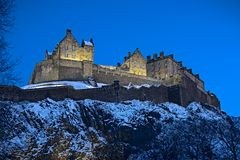 Het Kasteel van Edinburgh, Schotland, het UK, bij schemer Stock Foto