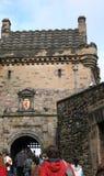 Het kasteel van Edinburgh van toeristen stock foto's
