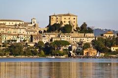Het kasteel van Farnese in capodimonte - Bolsena Italië stock afbeeldingen