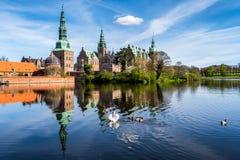 Het Kasteel van Frederiksborg met Meerbezinning Royalty-vrije Stock Fotografie