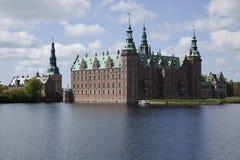 Het Kasteel van Frederiksborg van het meer Stock Foto
