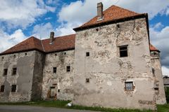 Het Kasteel van Heilige Miklos wordt gebouwd bij het wisselen van de 14de en 15de eeuwen, gebied Over de Karpaten royalty-vrije stock foto's