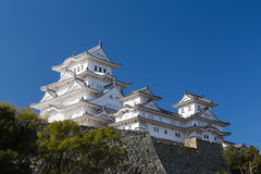 Het kasteel van Himeji tegen duidelijke blauwe hemelachtergrond Stock Afbeeldingen