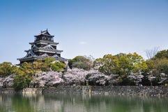 Het kasteel van Hiroshima in de lente stock fotografie