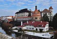 Het kasteel van Jindrichuvhradec over nezarkarivier royalty-vrije stock foto's