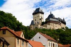 Het kasteel van Karlstein en oude daken Stock Fotografie